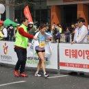 안슬기 '옷핀 투혼' 대구국제마라톤 2위 골인/