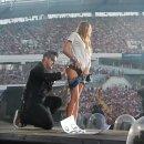 미녀 팬에게 엉덩이 키스하는 로비 윌리엄스(Robbie Williams)